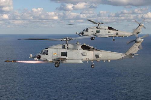 Trực thăng đa dụng MH-60R Seahawk đang phóng tên lửa AGM-114 Hellfire. Ảnh: TsAMTO.
