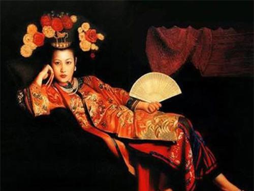 Giả hoàng hậu thường bắt con trai ngoài kinh thành vào cung để tư thông, việc đồn cả ra ngoài nhưng Huệ Đế không hay biết. Giả hậu không có con mà thái tử Duật đã lớn, lại đã sinh được 3 người con trai. Mẹ Giả hậu khuyên Giả hậu nuôi Duật làm con để giữ ngôi, nhưng Giả hậu không nghe.(Ảnh minh họa Giả hoàng hậu)