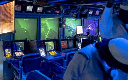 Hai người lạ ép Hải quân Mỹ giấu việc chạm mặt UFO?