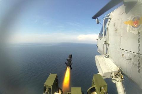 Trực thăng Thổ Nhĩ Kỳ phóng L-UMTAS trong diễn tập.