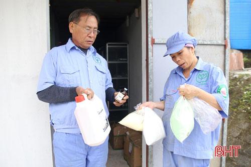 Ông Hoàng Trọng Bính kiểm tra các loại thuốc cho đàn gia súc