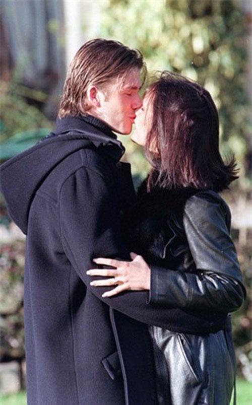 """Đầu năm 1998, David Beckham và Victoria """"Posh Spice"""" Adams tuyên bố đính hôn khi đã hẹn hò được khoảng một năm"""