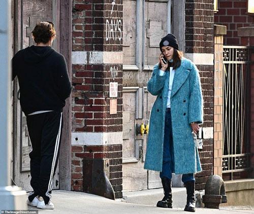 Bạn gái cũ Cooper khá căng thẳng khi nghe điện thoại, người yêu cũ Heidi Klum kiên nhẫn chờ đợi bạn gái trước căn hộ. Nguồn tin từ Dailymail khẳng định, bà mẹ một con đã bước vào nhà riêng của Schnabel sau khi dừng cuộc hội thoại.