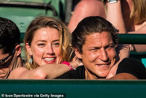 Sau khi chia tay Klum, doanh nhân người Anh có thời gian ngắn qua lại cùng mỹ nhân Amber Heard. Đây cũng là giai đoạn sao phim Aquaman bị chồng cũ Johnny Depp kiện tụng, tố cô hủy hoại sự nghiệp của tài tử.