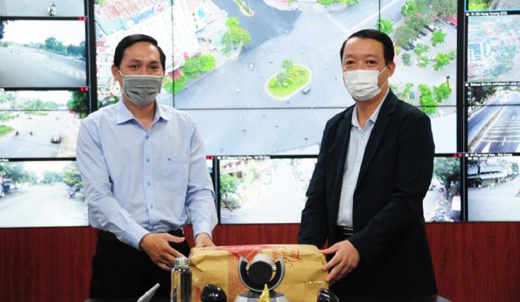 Phó Chủ tịch UBND tỉnh Thừa Thiên Huế Phan Thiên Định (phải) tặng quà, biểu dương những nỗ lực của Trung tâm IOC trong thời gian qua