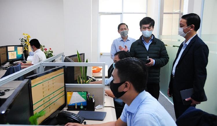 Phó Chủ tịch UBND tỉnh Thừa Thiên Huế Phan Thiên Định (ngoài cùng bên phải) làm việc với Trung tâm IOC về các hoạt động phục vụ phòng chống dịch Covid-19