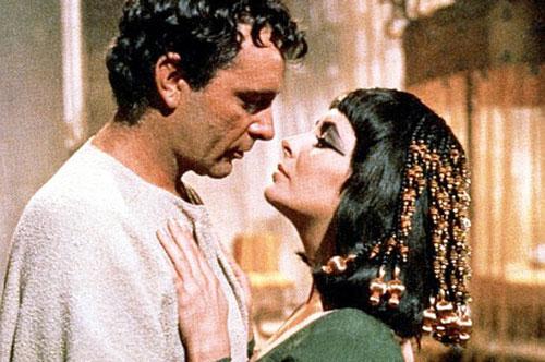 Cleopatra và Mark Antony: Mối tình của Nữ hoàng Ai Cập Cleopatra và tướng La Mã Mark Antony là một trong những chuyện tình cảm động nhất mọi thời đại. Hai nhân vật quyền lực, Cleopatra và Antony yêu nhau từ cái nhìn đầu tiên vào những năm 30 trước công nguyên. Chuyện tình của họ đã được dựng thành phim.