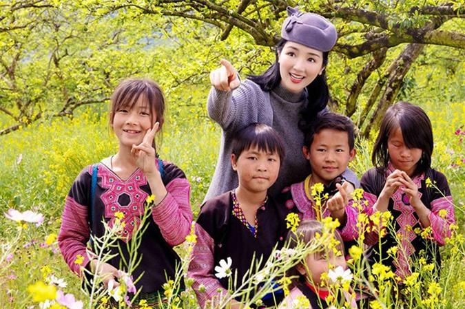 Giáng My rất vui khi có dịp gặp gỡ các em bé người dân tộc ở Mộc Châu.