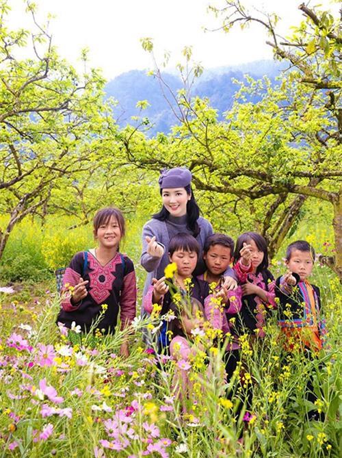 Giáng My rất vui khi có dịp gặp gỡ các em bé người dân tộc ở Mộc Châu. Mùa này vùng Tây Bắc đủ mọi loại hoa đang khoe sắc, cây cối xanh nơn mơn mởn rất đẹp.
