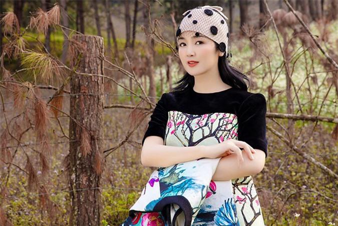 Chị mang theo nhiều trang phục kiểu dáng từ điệu đà tới gọn gàng, năng động để ghi lại những khoảnh khắc đẹp với thiên nhiên vùng cao.