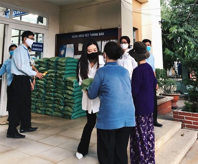 Hoa hậu Hoàn vũ Việt Nam Khánh Vân trao 200 phần quà cho người dân tại TP.HCM - Ảnh 1.