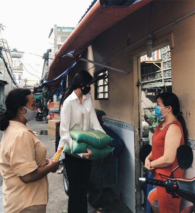 Hoa hậu Hoàn vũ Việt Nam Khánh Vân trao 200 phần quà cho người dân tại TP.HCM - Ảnh 2.