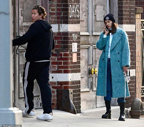 Hôm 31/3, Dailymail ghi lại hình ảnh người mẫu Irina Shayk theo chân Vito Schnabel - nhà môi giới nghệ thuật nổi tiếng là trai hư khét tiếng - về căn hộ riêng. Hai nhân vật nổi tiếng của giới thời trang gặp phản ứng trái chiều vì không tuân theo lệnh cách ly giữa mùa dịch bệnh.