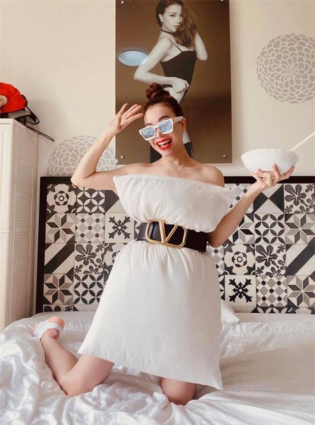 Ở nhà chống dịch, loạt mỹ nhân Việt đua nhau biến gối ngủ thành váy gợi cảm - 16
