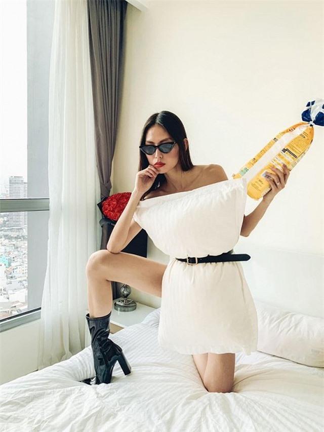 Ở nhà chống dịch, loạt mỹ nhân Việt đua nhau biến gối ngủ thành váy gợi cảm - 17