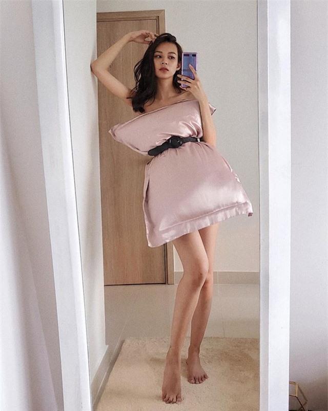 Ở nhà chống dịch, loạt mỹ nhân Việt đua nhau biến gối ngủ thành váy gợi cảm - 3