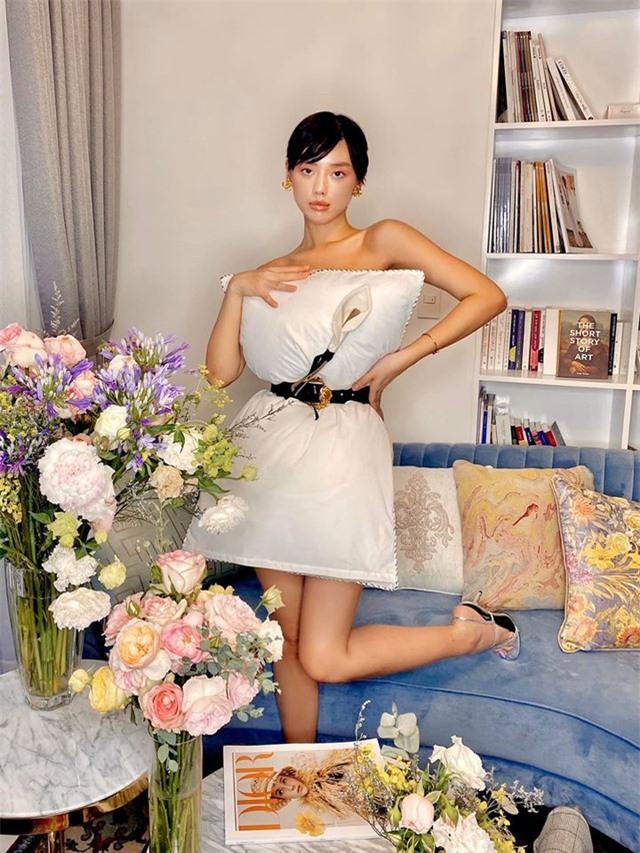 Ở nhà chống dịch, loạt mỹ nhân Việt đua nhau biến gối ngủ thành váy gợi cảm - 9