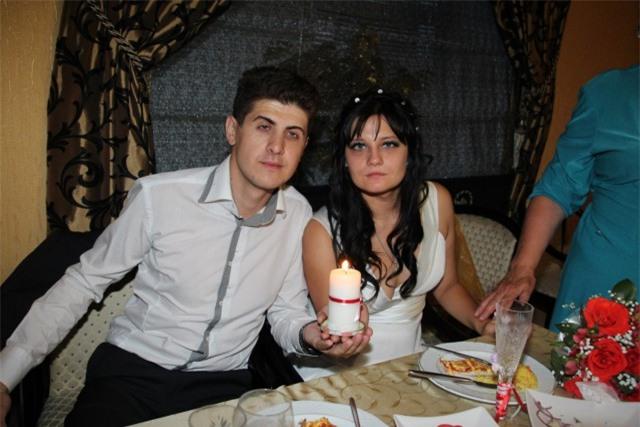 Nhìn cô dâu, chú rể không hề giống đang hạnh phúc.