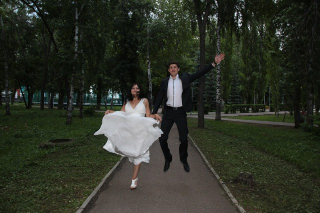 Cô dâu, chú rể trở nên lạ lùng và khó hiểu trong tấm ảnh.