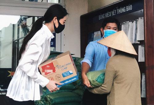 Hoa hậu Khánh Vân trao quà cho người gặp khó khăn tại TPHCM.