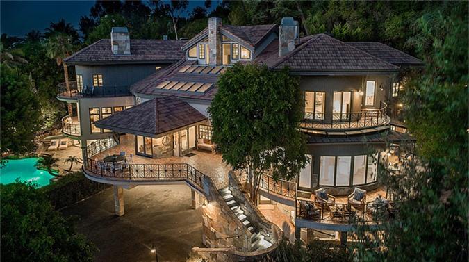Ngôi nhà được vợ chồng ca sĩ Tom Petty xây dựng vào năm 1989, mang đậm cảm hứng âm nhạc. Tuy nhiên sau đó cặp đôi ly hôn và vợ Tom Petty bán cơ ngơi này vào năm 2015. Người chủ thứ hai đã tu sửa một chút trước khi bán lại cho Selena Gomez với giá 4,9 triệu USD (115 tỷ đồng).