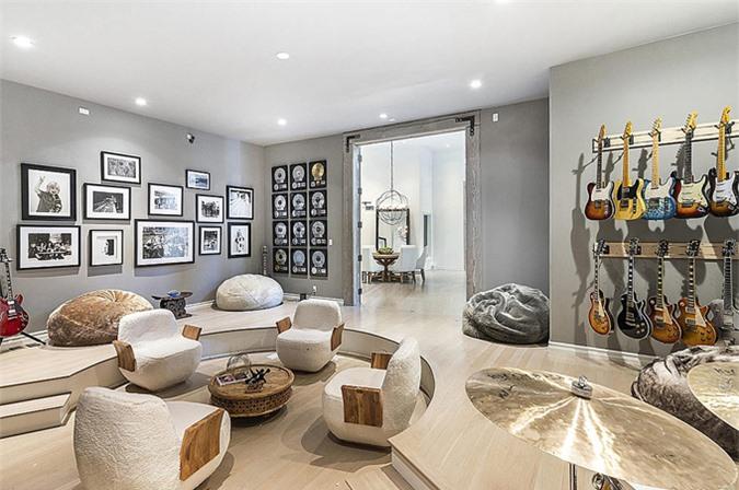 Tom Petty từng thiết kế một căn phòng treo guitar và ảnh kỷ niệm.