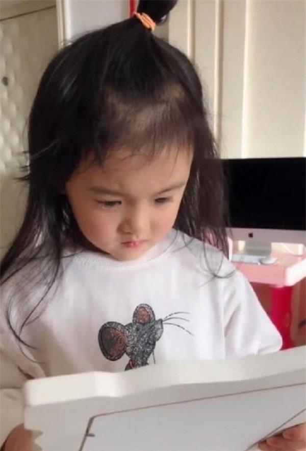 Con gái 5 tuổi xem ảnh cưới của bố mẹ phát hiện không có mình trong đó, bé liền khóc lóc trách móc cha mẹ rồi gọi điện mách cả bà ngoại - Ảnh 1.