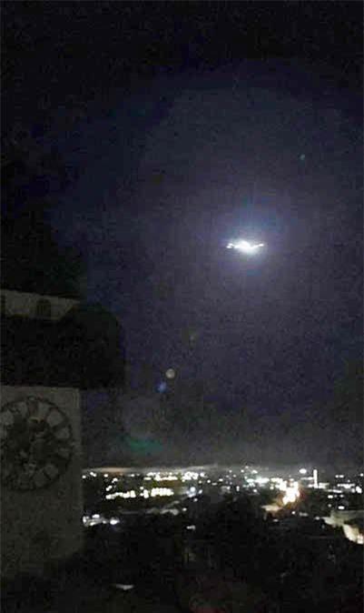 Xôn xao vật thể lạ nghi UFO xuất hiện trên bầu trời Áo - ảnh 1