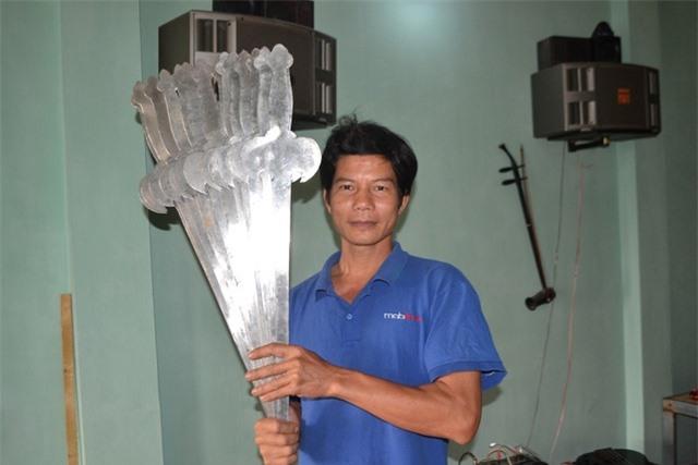 Việc cùng lúc nuốt 15 thanh kiếm dài 60cm, dầy 3,5cm giúp anh trở thành dị nhân của nghề này