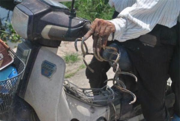 Dù sở hữu bộ móng lạ nhưng ông Huyền vẫn có thể tự lái xe máy