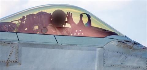 F-22 boc lo tren radar ro hon tiem kich the he 4++