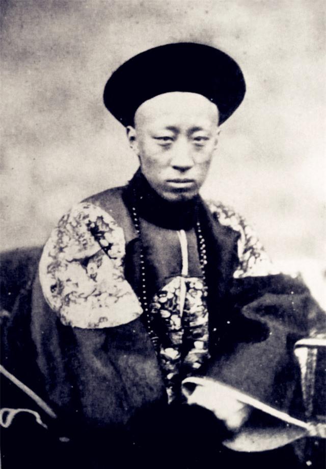 Ảnh chụp chân dung Cung Thân vương Dịch Hân ngoài đời thực.