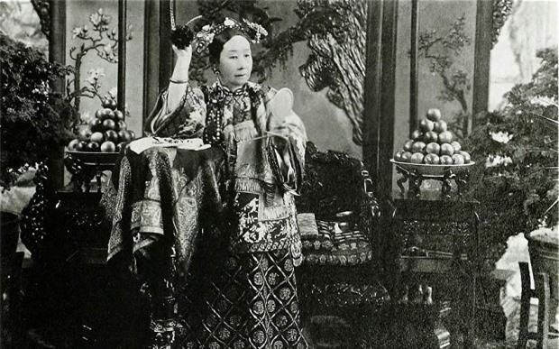 Phải chăng, vì Từ Hy đã hiểu quá rõ lòng dạ và vai trò của người phụ nữ trong việc triều chính, nên mới trăng trối hậu thế tuyệt đối không để phụ nữ điều hành đất nước.