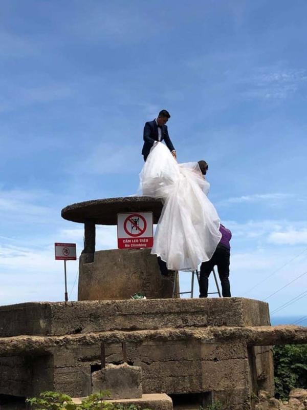 Cặp đôi leo lên Hải Vân Quan chụp ảnh cưới.