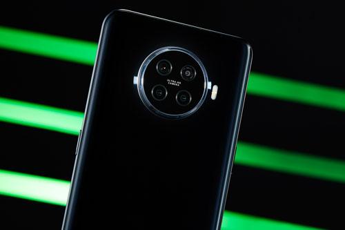 Oppo Ace2 sở hữu 4 camera sau. Cảm biến chính 48 MP, khẩu độ f/1.7 cho khả năng lấy nét theo pha. Cảm biến thứ hai 8 MP, f/2.2 với ống kính góc rộng 116 độ. Ống kính trắng đen và cảm biến chiều sâu cùng có độ phân giải 2 MP. Bộ tứ này được trang bị đèn flash LED, quay video 4K.