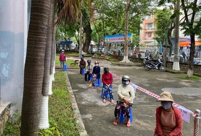 Do lượng người đến nhận gạo ở Huế rất đông nên ban tổ chức đã bố trí ghế để ngồi đợi tới lượt
