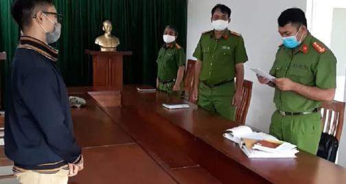 Công an quận 7, TP HCM công bố quyết định khởi tố Bùi Anh Huân.