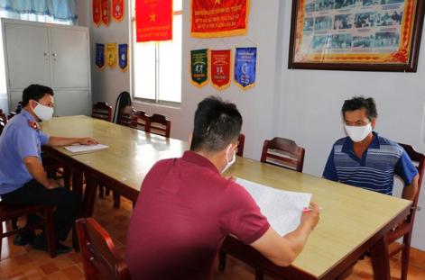 Ông Nguyễn Văn Hải (phải) tại cơ quan điều tra.