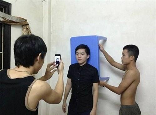 Các nam sinh đã tận dụng chiếc bàn màu xanh để làm phông nền cho chiếc ảnh thẻ.