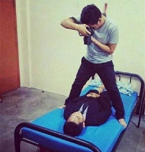Chiếc ga giường màu xanh được hai anh chàng tận dụng để chụp ảnh thẻ.