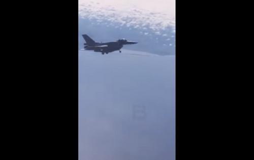 Tiêm kích F-16 của Ba Lan bật càng hạ cánh khi hộ tống máy bay chống ngầm Il-38 của Nga. Ảnh: Avia-pro.