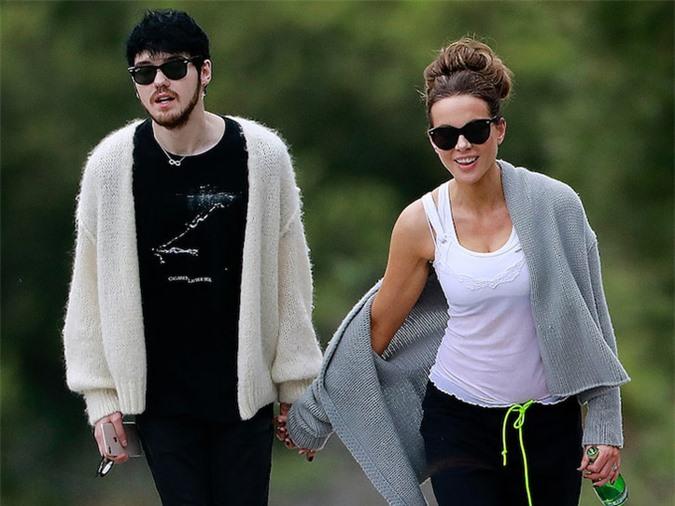 Kate Beckinsale đi dạo với bạn trai mới, Goody Grace vào ngày lễ Phục sinh.
