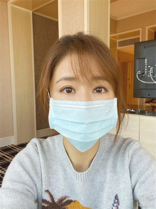Ngoài đăng ảnh với bạn bè, Lâm Tâm Như cũng chia sẻ ảnh bản thân. Nữ diễn viên khuyến khích mọi người đeo khẩu trang, rửa tay thường xuyên nhằm bảo vệ chính mình trong đại dịch viêm phổi.