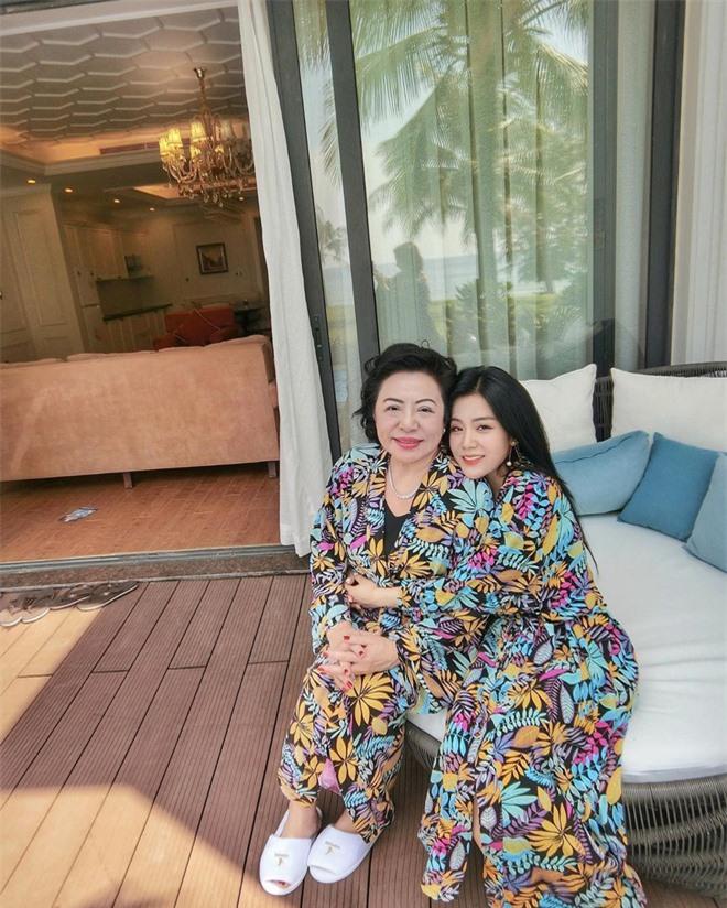 Ông Cao Thắng và em gái 'cực phẩm' là thế vẫn lép vế khi đứng cạnh mẹ ruột trẻ trung, sành điệu 5
