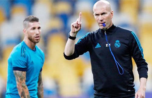 Lối chơi tấn công trực diện sẽ khiến Benzema (áo sáng) có ít đất diễn ở mùa tới.
