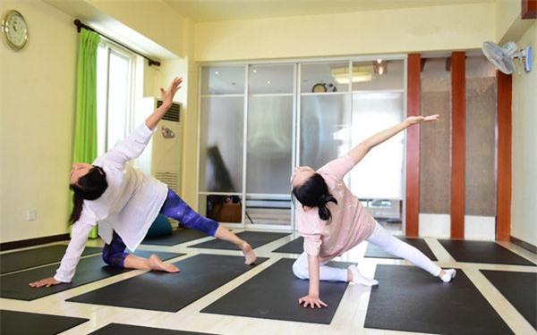 Sao Hoa ngữ mang bầu: Người mặc kệ thân hình sồ sề, kẻ ngày đêm tập luyện giữ dáng - 13