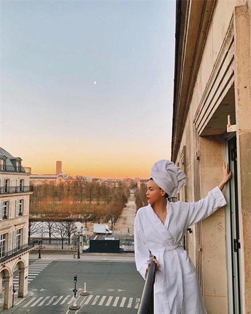 Khăn, áo choàng tắm là bộ đôi không thể thiếu trong các khách sạn 5 sao. Vì thế Hồ Ngọc Hà và nhiều sao Việt thường khoe dáng cùng trang phục này trong các kỳ nghỉ của họ.