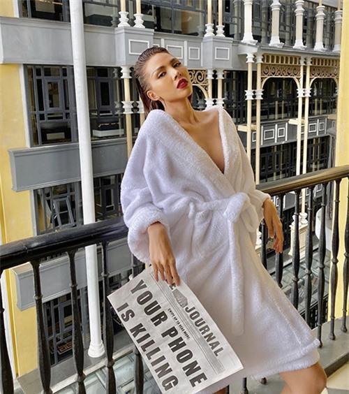 Chỉ diện áo choàng tắm nhưng cách tạo dáng của Minh Triệu khiến nhiều fan trầm trồ.