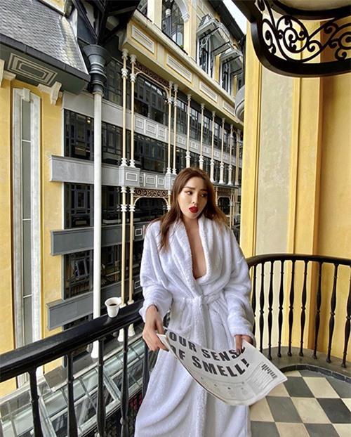 Kỳ Duyện mượn mẫu áo choàng tắm để khoe vẻ đẹp sexy khi có dịp lên Sapa tham dự show Lê Thanh Hoà vào mùa đông 2019.