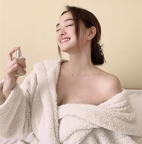 Những mẫu áo choàng tắm là trang phục được Kaity Nguyễn và nhiều sao Việt thích mặc khi chăm sóc da và tư vấn cùng fan những loại mỹ phẩm ăn khách.